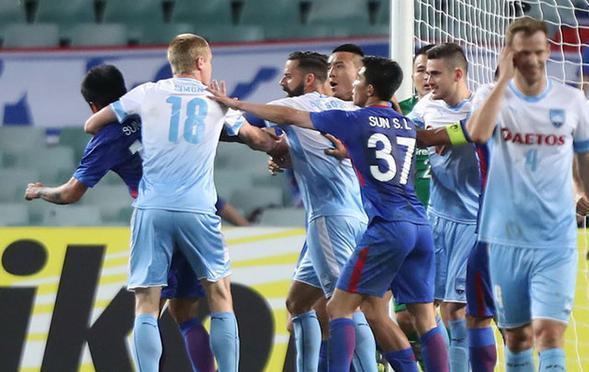 申花0-0悉尼垫底出局 两队几度冲突