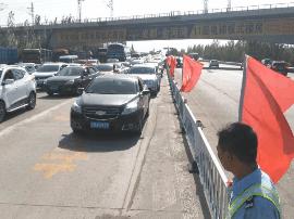 怀仁7中小升初考试家长送娃忙 高速交警疏导交通