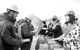 三门峡市总工会:情系建设者 寒冬送温暖