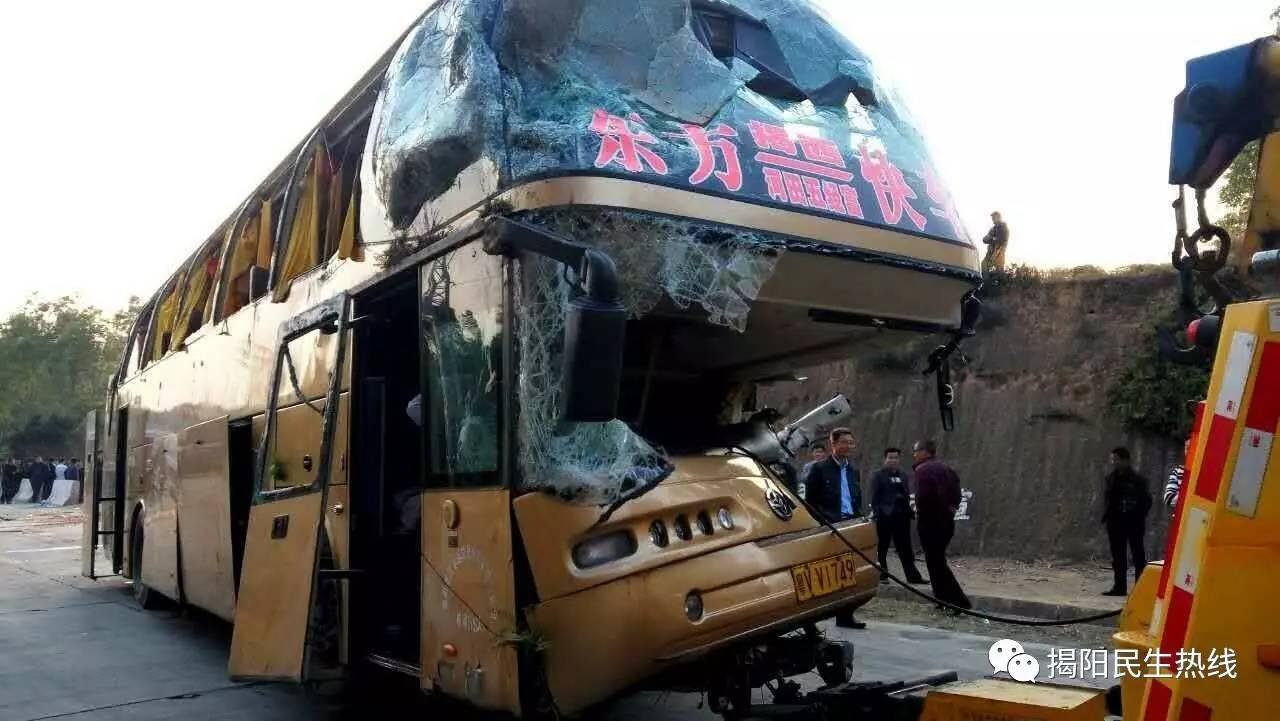 广东大巴撞车1死6伤 车头没了半边脸