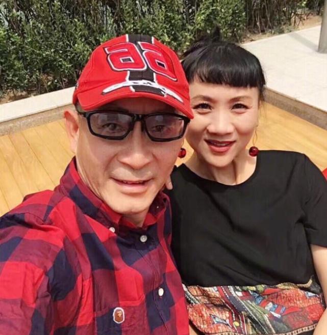 陈年狗粮!六小龄童庆结婚29周年 与妻甜蜜自拍