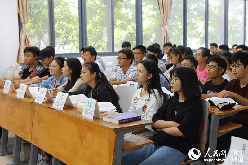 """武汉市一高校课堂实行学生自带""""名牌""""上课"""
