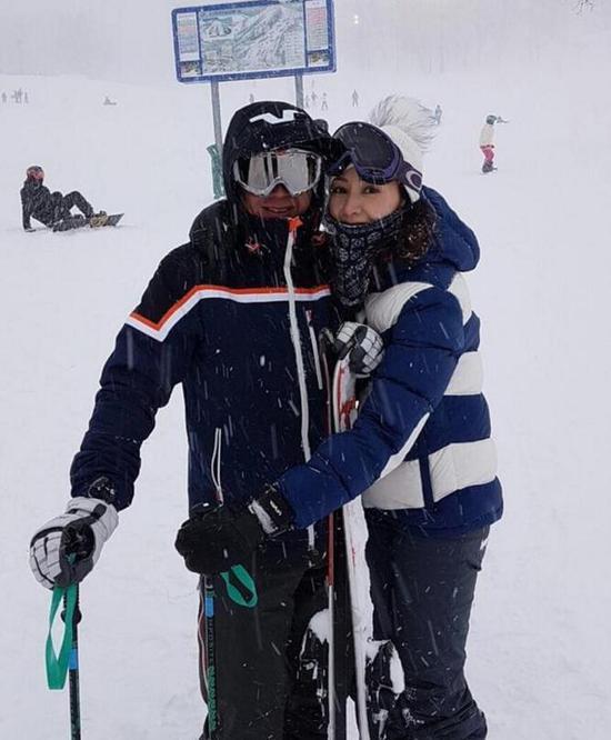 李嘉欣同老公滑雪甜蜜依偎秀恩爱 谁穿成这样都没腰身!