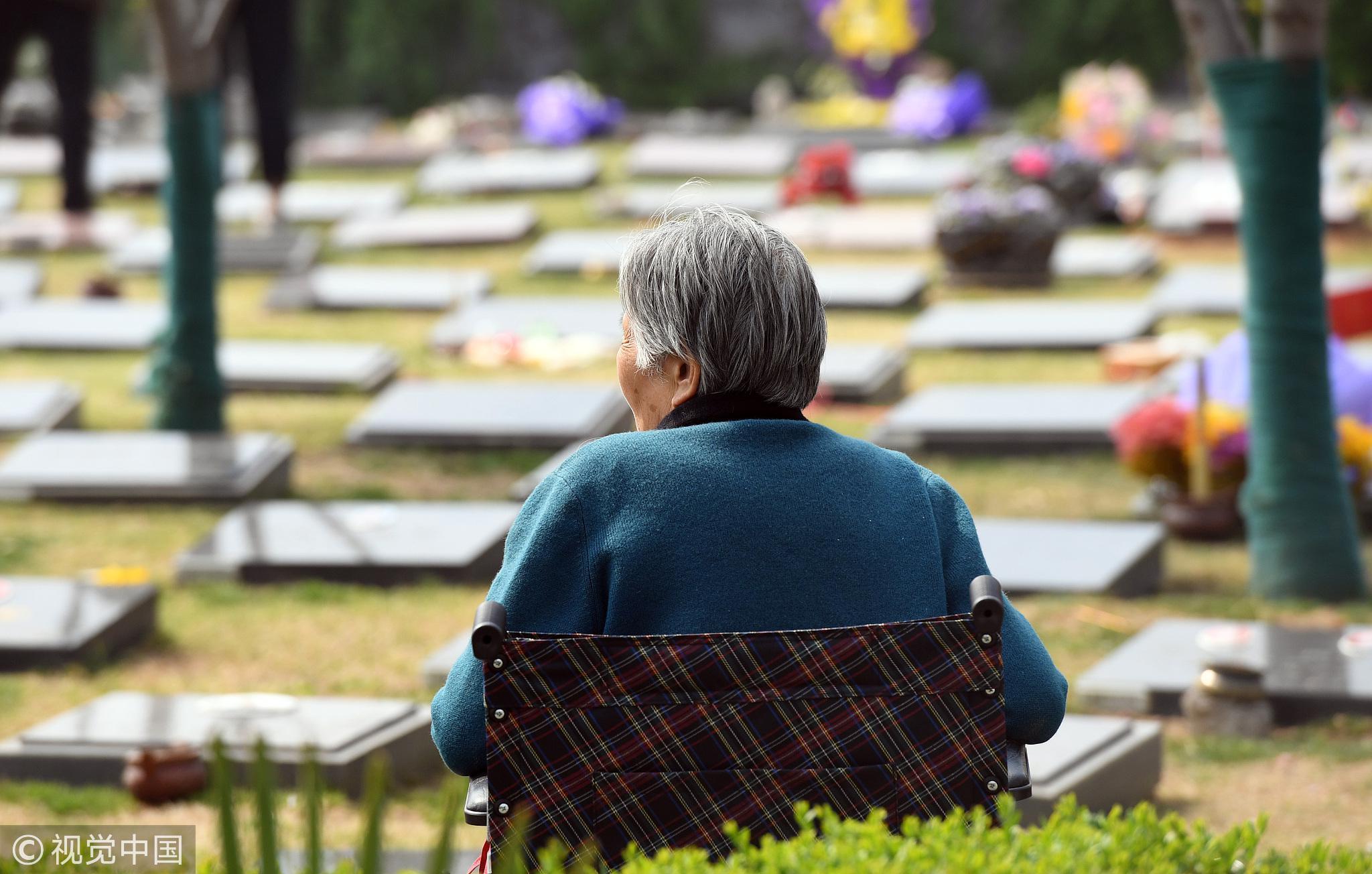 2018年3月31日,郑州一处墓园内,为亲人扫墓的老人。/视觉中国
