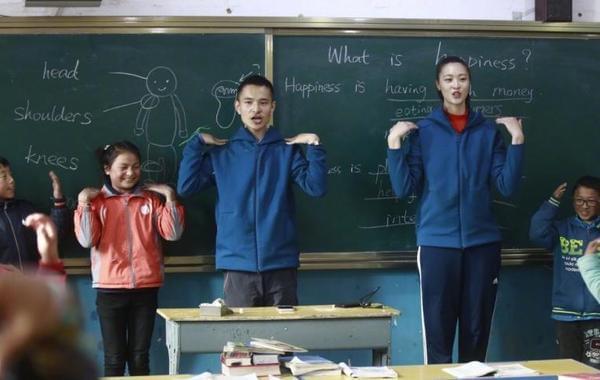 惠若琪支教与学生互动做操