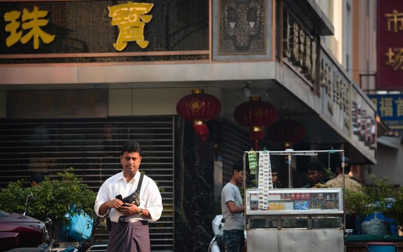 新进的同行都懂得学几句缅语,来做买卖的缅甸人渐渐换成了生面孔,也不再买老郭的账,老郭就渐渐失去了经济来源。