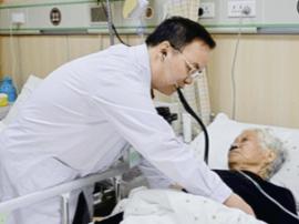 """""""最美医生""""胡方斌:默默坚守  强忍病痛为患者手术"""