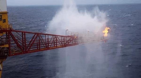 中国首次试采海底可燃冰背后的大国利器:蓝鲸1号