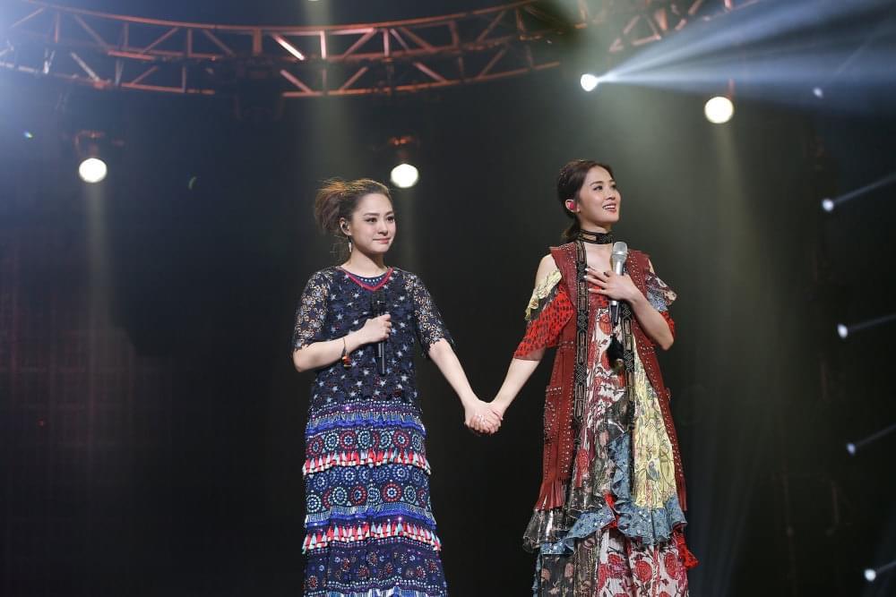 粉丝台下人造彩虹送惊喜 Twins感动落泪