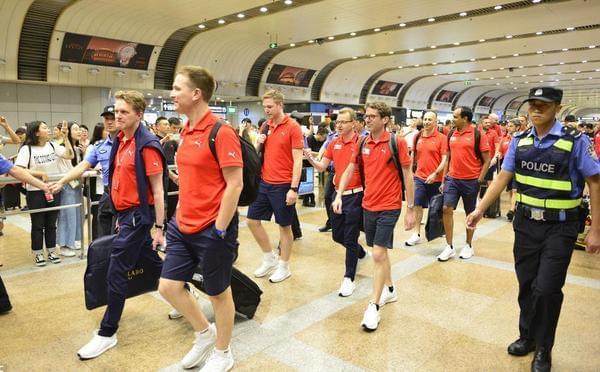 阿森纳全队抵达北京 枪迷不惧炎热机场接机
