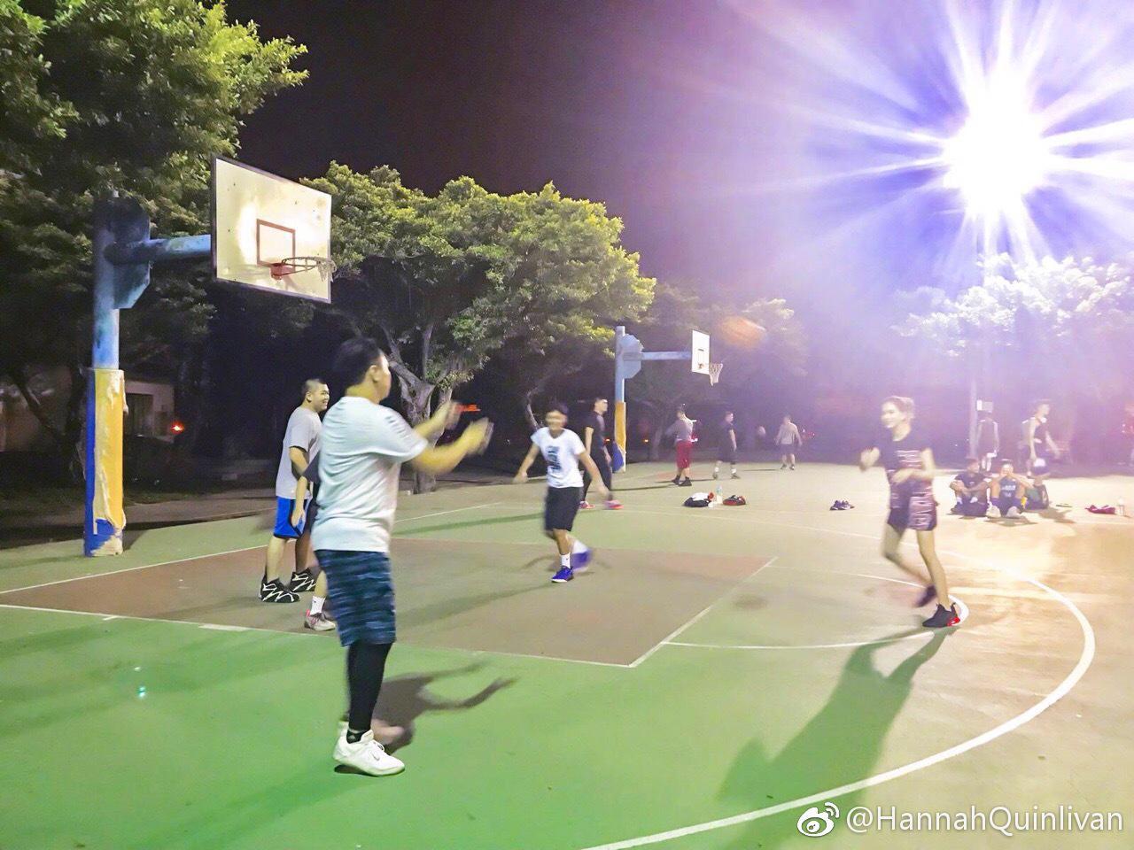 昆凌凌晨球场玩3对3斗牛 网友:周杰伦负责拍照?