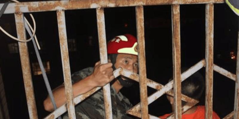 男孩喝洗衣液坐11层阳台护栏外 消防官兵高空救援
