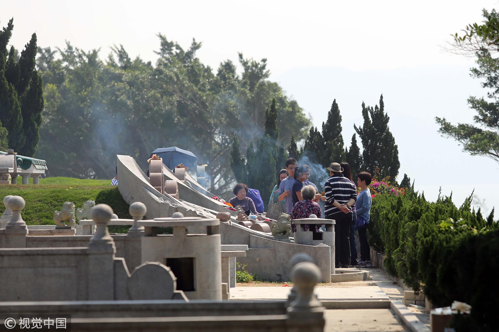 2017年4月4日,深圳大鹏湾华侨墓园迎来海外华侨和港澳同胞扫墓祭祖的高峰。/视觉中国