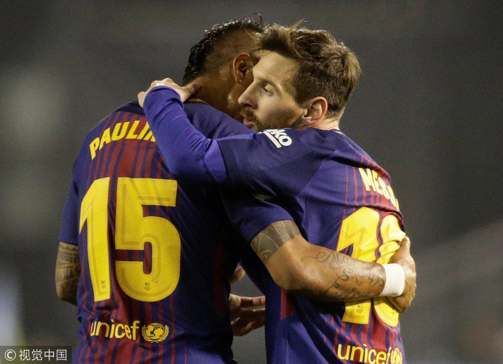 梅西拥抱祝贺保利尼奥 慢着!进球被队友抢了…