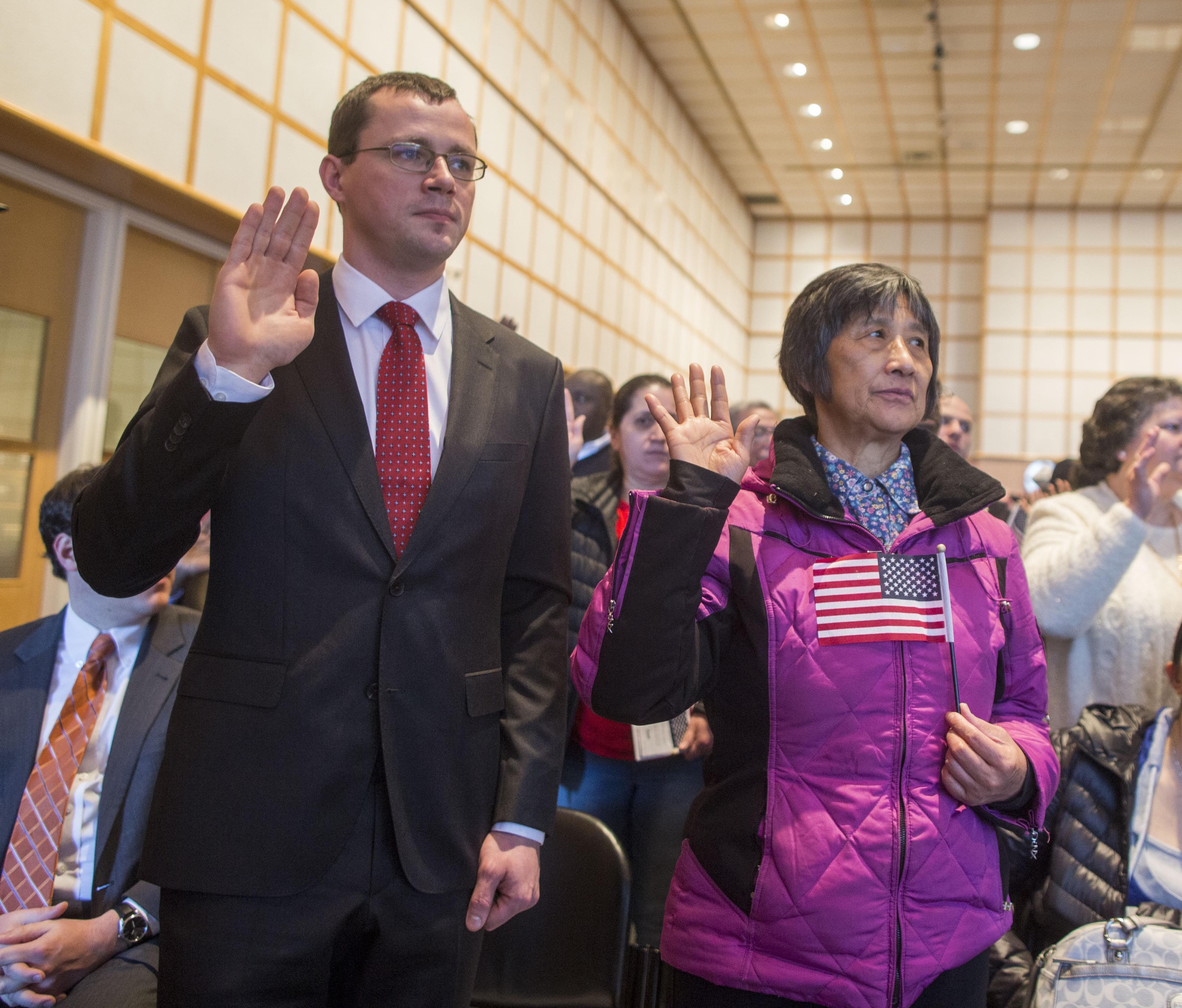 2017年2月8日,美国波士顿,73岁的中国人王女士和39岁的波兰人Rybczynski参加入籍仪式,正式成为美国公民。/CFP