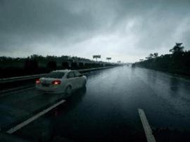 因暴雨 一大队辖区对7座以上客车及危化品车管制