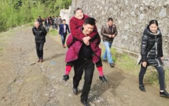 温馨一幕:孝顺男子背着母亲去扫墓