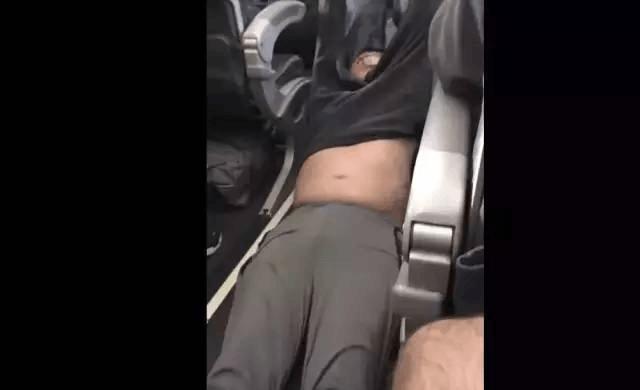 美联航暴力拖拽华裔乘客下机 竟因机票卖多了