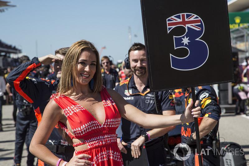 汉密尔顿太粗暴中国姑娘湿身,F1因此撵走长腿美女,孕妇被扫地出门?