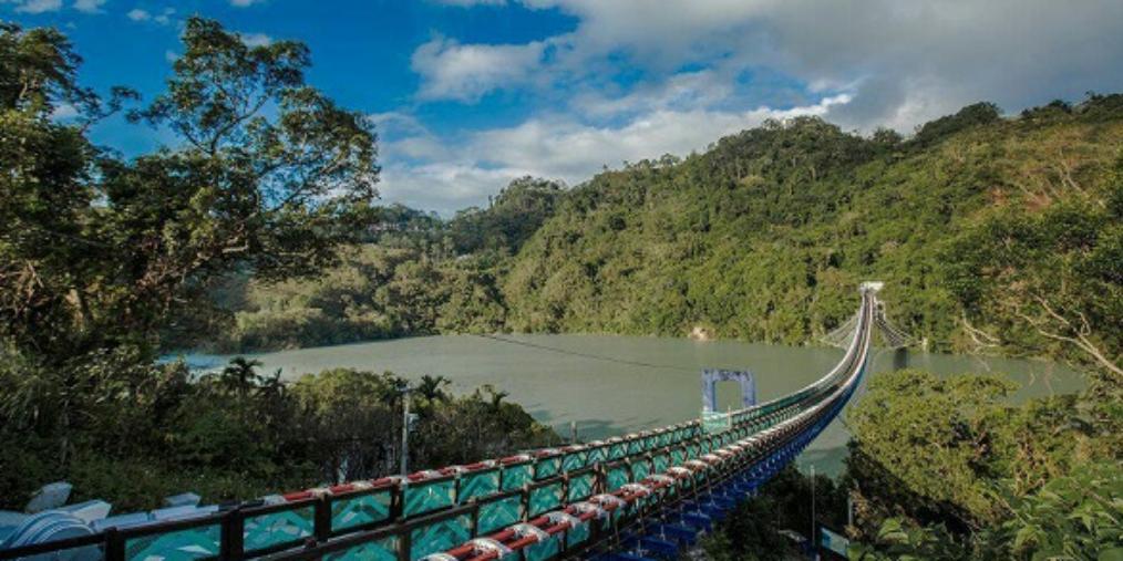 全台最长悬索桥假日期间人满为患