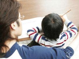 近八成家长陪孩子写作业 年级越高陪写时间越长