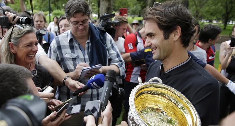 费德勒拍冠军写真被媒体团团围堵