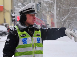 大雪纷至 为守护人民出行的交警点赞