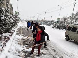 绛县残联全体人员开展除雪铲冰劳动