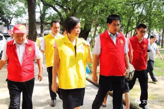 惠州市委常委当志愿者,入户宣传文明创建!