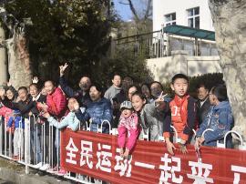 青马掀起全民运动热 赛道沿线小学变身后援团