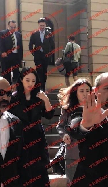 董璇出席高云翔案庭审获飞吻 穿黑衣面容憔悴