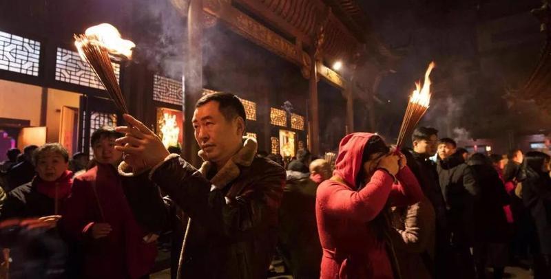 上万市民除夕夜争烧头香祈福新年