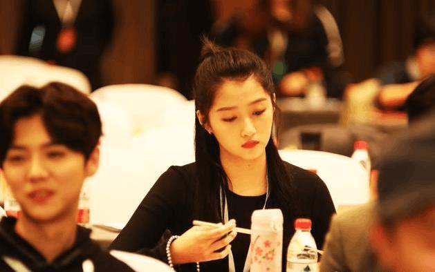 鹿晗关晓彤公布恋情后罕见同框 参加论坛坐前后排