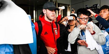 大圣驾到!贝尔抵华参加中国杯 球迷热情追捧
