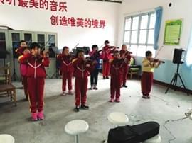 【社会】小学提供乐器老师免费教孩子新爱好