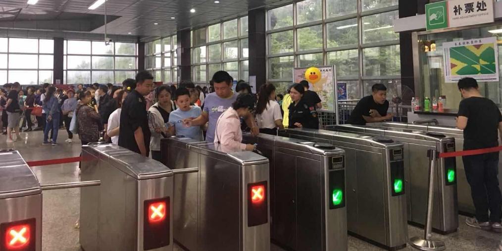 旅游日长春轻轨3号线长影世纪城站爆棚