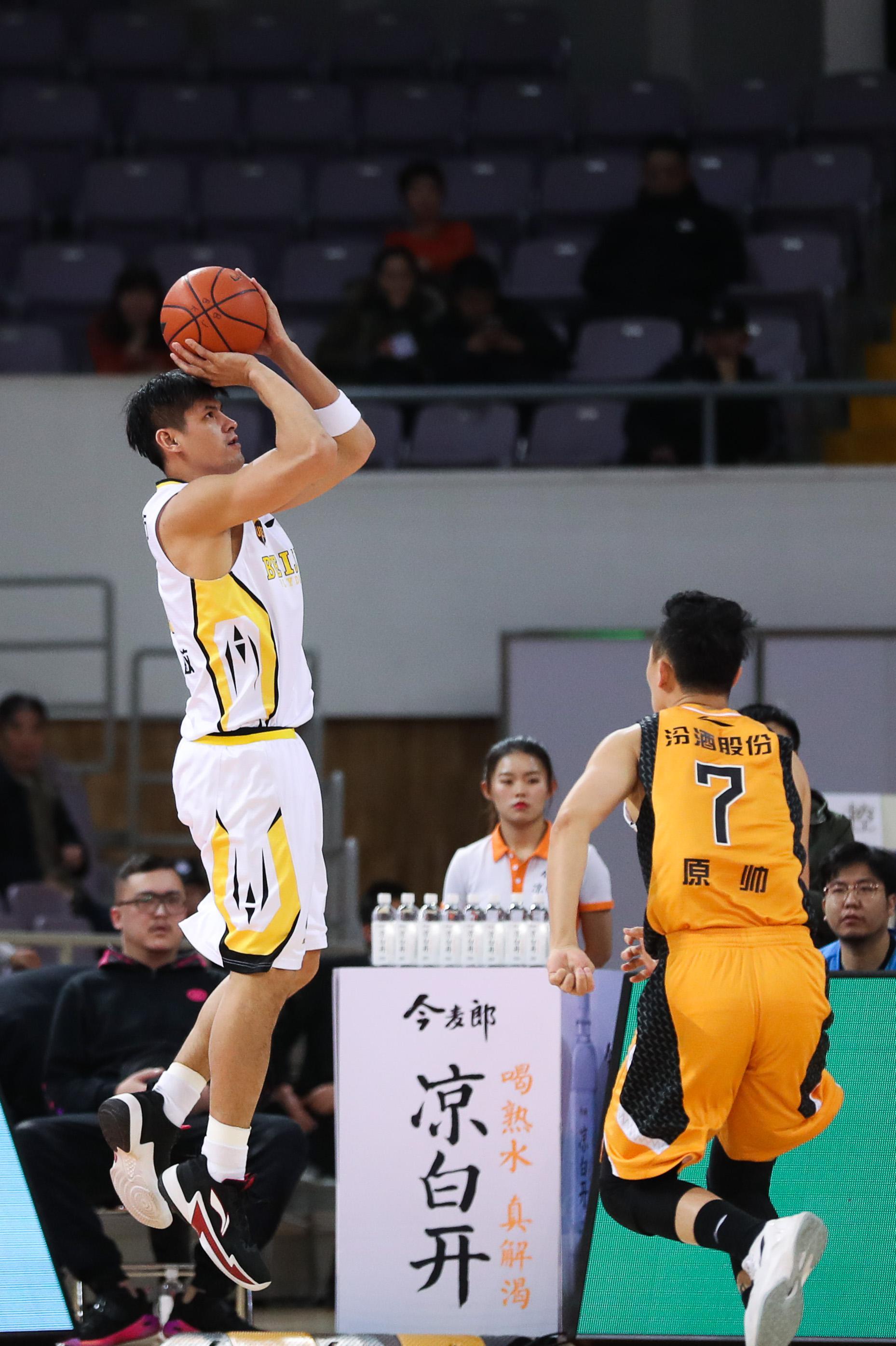 他29岁助中国台北送中国男篮最耻辱一战,34岁老来俏,成CBA最强关键先生