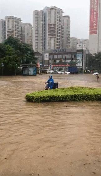 东莞多地出现水浸、大塞车,救生皮艇都出动了!
