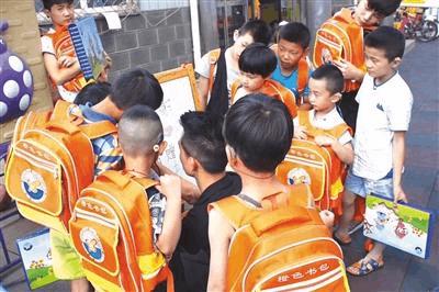 """橙色书包刷屏 """"听障儿童要融入正常生活"""""""