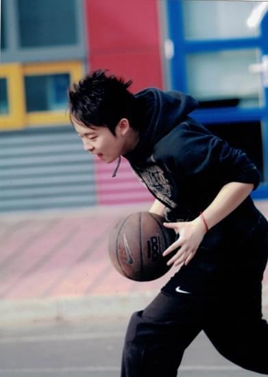 童年董子健在刚刚学会走路的时候便双手抱着篮球,样子十分俏皮可爱.