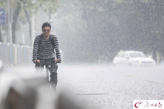 清明时节忽降暴雨,途人躲避不及!