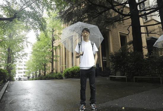 陈同学在早稻田校园内接受采访