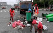泰兴一小区物业撤离 垃圾成堆无人清理