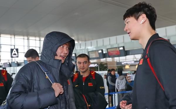 男篮赴韩国征战世预赛 小丁王哲林眉目传情