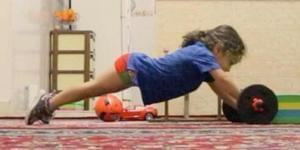 3岁幼童坚持锻炼 走红网络