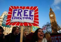 英国大学生暑期打工忙 学费压力大就业前景堪忧