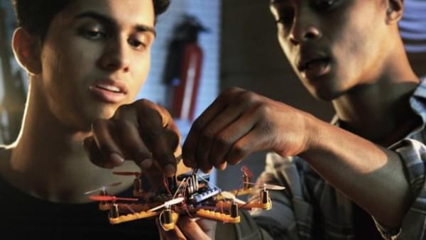 不怕摔的无人机给儿童供给体会失利的时机