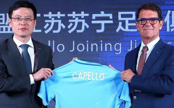 卡佩罗出席见面会 戴蓝框眼镜潮范儿十足