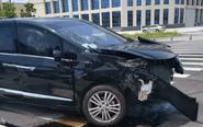 车主闯红灯撞上宝马 路边石墩被撞飞40米