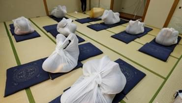 """日本奇葩减压法火爆 """"成人包裹""""治疗腰酸背痛"""